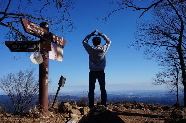 「山と食欲と私」に影響を受けて始めた元日山行も今回で3回目となりました。<br />2018年は陣馬山から景信山、小仏を経由して高尾山までの縦走。<br />昨年は御岳山から日の出山。<br />今年は「大人の遠足BOOK 駅から山あるき」という本から選んだのが高水三山でした。<br />昨年、一昨年と比べてここを訪れる人は少なく風と自分の呼吸する音しか聞こえない時間が結構ありました。<br />数少ない登山者はしっかりとした山登りの格好でしたが私は相変わらずトレーナーにジーンズ、靴はスニーカー、加えてメッセンジャーバックと街歩きの格好です(寒い時はダウン着用)。<br />おまけで付近を散策しましたが台風19号の爪痕を垣間見ることになりました。<br />因みに写真は「山と食欲と私」の主人公・日々野鮎美が登頂時に時々しているおにぎりポーズをしてみました。