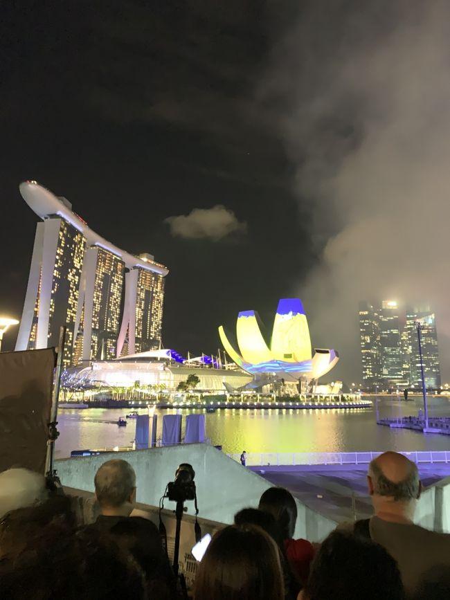 2019年末~2020年始家族旅行でシンガポールへ行く事になりました。<br />シンガポールは昨年末に来てから一年ぶりです。<br />昨年は羽田からでしたので、名古屋からシンガポールへは約2年半弱ぶりです。<br />その時は、初めての家族旅行で初めてのシンガポールという事でほとんど分からないままの旅行でした。<br />それから2回旅行し、今回で4回目のシンガポールです(^ ^)<br /><br />2日目は、朝からセントーサ島にあるアドベンチャーコーブウォーターパークに行きました。<br />移動はホテルからタクシーです。<br />こちらはとても楽しいですが、体力を使うのでまだ体力がある最初のうちに行くのが我が家の毎回のスタイルです。<br /> 欧米系の方が多いように思いました。<br /> パークでは、流れるプールに入ったり(1周がとても長い)、激しい波が出るプールに入ったりと色々と楽しめます。<br /> 昼過ぎくらいまでずっと遊んでいました。<br />その帰りにタクシーでアートサイエンスミュージアムに行きました。<br />マリーナベイサンズの所にあるのですが、タクシーの停留所が入れないようになっていました。特別な人たちしか入れないのかもしれません。<br /> 道の脇に止めてもらいサッと降りました。<br /> アートサイエンスミュージアムを見た後にヘリックスブリッジを通ってホテルへ戻りました。<br /> ものの10分くらいで着きました。カウントダウンイベントがあるため夜はマリーナベイサンズ側からの一方通行になる事が至るところに表示してあり、橋のマリーナ側のあたりには観覧席のような仕切りがありました。<br /><br />夕食をラウンジでいただき、<br />そして、夜にカウントダウンイベントを見ました。<br />朝から充実した一日でした。<br /><br />カウントダウンをしっかり見るのは初めてで迫力に圧倒されました!