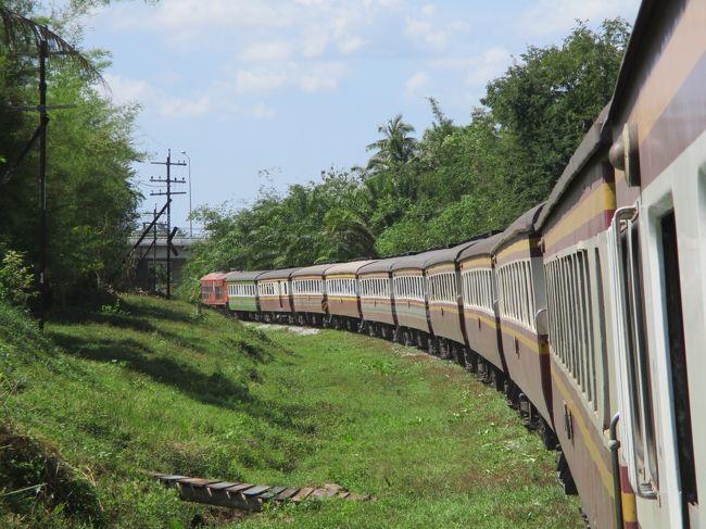 日本国鉄10系客車に似た旧型寝台列車<br />2019年現役 非冷房の寝台車 タイ国鉄 南本線 快速夜行列車<br /><br />タイへの旅行計画中、この4トラベルのサイトで「オーヤシクタンさん」「とのっちさん」等のタイ国鉄の南本線の寝台列車の旅行記を拝見致しました。その中に未だに非冷房で窓の開く旧型寝台車のお写真が掲載されていました。「えっ?寝台車両なのに、窓が開いている!」どうやら旧型の非冷房(空調のない)寝台車両。2019年、未だにこんな懐かしい車両が現役なのか!<br />これは調べてみるとタイ国鉄の旧型の2等寝台車両。窓を開け、レールのジョイント音を子守歌に、寝台で寛ぐなんて贅沢が、2019年の今でも可能なのか!と嬉しくなりました。<br /><br />私は幼少期から非冷房の国鉄車両に慣れ親しみ、窓を開け放ち、レールのジョイント音や車窓を楽しむのが、大好きなのです。<br />(約20年前 2000年頃、勤務の都合で関東に在住していた頃は、夏になると非冷房の国鉄車両を求めて、18切符で、只見線・五能線(キハ40系)や山田線・岩泉線(キハ52)に乗り歩いていました…)<br /><br />これらのタイの非冷房 寝台車両が少しずつ引退している…ことも分かってきました。これに是非とも乗りに行きたい。<br />なんとか休みを取り2019年末にLCCタイライオンエアでバンコクへ飛びました。年末のフライトでも片道16,000円! ありがたい。<br /><br />タイ南部を運行する旧型客車の非冷房の寝台列車に乗りに行くことは決めましたが、さ~て、どのダイヤに乗ろうか?<br />昔、私の地元、鹿児島県の旅行 誘客キャンペーンで用いられたキャッチフレーズが「列島南下! 気分上昇!」でした。タイ国鉄南本線でも最南端、マレーシアへのルートがあります。せっかくなら最南端まで行こうかと思いました。<br />しかし、日本外務省の情報では、タイ最南部は治安が悪く、注意喚起情報が発令されています。「安全+第一! 鉄オッサン 危うきに近寄らず」で、あまり最南への行程は避けました。<br />元々、何か目的地があって行く旅行ではありません。タイ国鉄に残る旧型の非冷房の寝台列車に乗りたい! それだけが目的の旅。<br />「なんにも用事がないけれど、汽車に乗って大阪へ行って来ようと思う」の書き出しで始まる「阿房列車」シリーズ。 私たち乗り鉄の始祖と言える随筆家であり小説家である内田百?先生。師は、鉄道に乗ることを目的として鉄道旅行を行うことを好んだそうです。同じ志で、私も不遜で申し訳ないですが「なんにも用事がないけれど、泰国まで飛んで、古い寝台列車に乗って、泰南部へ行って来ようと思い…」別の方のブログ記事で、「トゥソン分岐駅」が機関区のある鉄道の拠点駅であり、長距離列車は給水のためしばらく停車すること、ここから分岐するカンタン支線の終点、カンタン駅の駅舎が1913年開業時からの味のある古い木造駅舎であること、このカンタン駅まで運行する列車は1日1本のみで、これがバンコクから長駆850㎞を直通する快速夜行列車であることから行先は、このトゥソン・カンタン方面と決めて以下の行程で乗車しました。<br /><br />2019年12月26日-28日<br /><br />バンコク中央(ファラポーン)18:30始発<br />南本線167レ カンタン行き 非冷房2等寝台<br />カンタン 翌11:20着<br /><br />カンタン 12:40始発<br />南本線168レ バンコク中央行き<br />トゥソン分岐駅 15:07着<br />(駅構内で休憩撮影・食事・燃料補給…)<br />トゥソン分岐駅 18:13発<br />南本線170レ バンコク中央行き<br />バンコク中央(ファラポーン)翌9:00到着<br /><br /><br /><br />以下4つのブログもアップしています。ご笑覧下さい!<br />●タイ鉄道旅行のブログ<br />https://rail-935.amebaownd.com/<br />●タイの夜行列車のブログ<br />https://night-rail935.amebaownd.com/<br />●タイの鈍行列車のブログ<br />https://furui-rail935.amebaownd.com/<br />●タイの旧型気動車のブログ<br />https://rail935rhn.amebaownd.com/