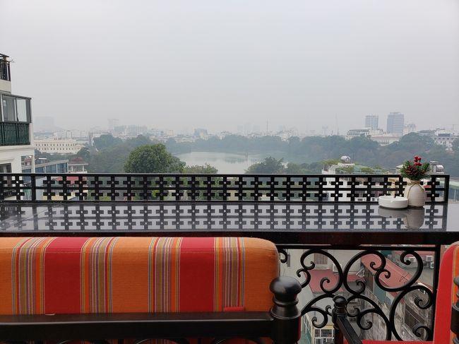 ベトナム ハノイのホテルに到着からの旅行記からです。<br /><br />今回のホテルは、ハノイで大人気のホテルグループで、かなり前に予約を入れたのですが、あっという間に満室になってしまいました。<br />本当は部屋のタイプを換えたかったのですが、それも無理で。<br />とても便利な場所に建っているので、何処に行くのも便利でした。<br /><br />しかし、風邪がドンドン酷くなってきています。喉が痛くて身体もダルい。<br />でもせっかくのハノイ、楽しまなくてはね。<br />けれど昨夜到着したばかりなので、2日目はあまり無理をせずにゆっくりと観光しようと思います。<br />美味しい物を、特にベトナム名物の香草の効いた料理を食べたら風邪も治るかな?と、食欲はあまり衰えていないので、ベトナム料理を食べる気満々です。<br /><br />