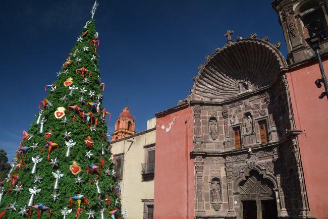 ケレタロからバスで1時間半の街サン・ミゲル・デ・アジェンデへ行きました。元旦の朝から移動する人は少ないのか朝のバスはガラガラでした。<br />フランシスコ会の修道士サンミゲルによって湿地に造られた街です。<br />メキシコ独立戦争の英雄アジェンデが生まれた街なのでこの名が付きました。街並みは18世紀に栄えたころのものです。好況期が終わり忘れ去られた街でもあります。<br />小さな町ですが、アメリカのシカゴ・ヒューストン・ダラスなどからも国際バスが到着します。<br />手工芸で栄えた街はいまは雑貨で有名な街へと変わりました。<br /><br />https://youtu.be/rk4U47lkM4E