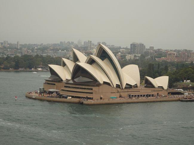 年末年始の9連休でニュージーランドに行ってきました。<br />ニュージーランド航空は航空券が高かったため中華航空を利用しましたが、台北に続いてシドニーでも約7時間の乗継時間。オーストラリアは3回目ですがシドニーは初めてなので、取り敢えずメジャーな観光スポットを巡ってみました。<br /><br /><旅程><br />【1日目(12/28土)】<br /> 中部9:50→台北桃園12:20(CI151)<br /> 台北桃園23:55→<br />【2日目(12/29日)】<br /> →シドニー12:15(CI51)<br /> シドニー19:25→クライストチャーチ0:30(QF139)<br /> クライストチャーチ泊<br />【3日目(12/30月)】<br /> クライストチャーチ7:30→マウントクック12:50(バス)<br /> マウントクック泊<br />【4日目(12/31火)】<br /> マウントクック泊<br />【5日目(1/1水)】<br /> マウントクック14:25→クライストチャーチ19:20(バス)<br /> クライストチャーチ泊<br />【6日目(1/2木)】<br /> クライストチャーチ8:50→ロトルア10:35(NZ5780)<br /> ロトルア13:00→タウポ14:00(バス)<br /> タウポ泊<br />【7日目(1/3金)】<br /> タウポ泊<br />【8日目(1/4土)】<br /> タウポ10:20→13:05ハミルトン14:30→オークランド空港16:19(バス)<br /> オークランド20:50→21:25ブリスベン23:05→<br />【9日目(1/5日)】<br /> →台北桃園5:50(CI54)<br /> 台北桃園17:15→中部20:50(CI150)