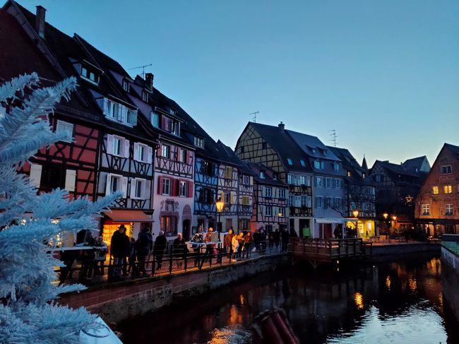 煌びやかなヨーロッパのクリスマス<br />ストラスブールとコルマールのクリスマスマーケットも素敵だということで、初めてフランス一人旅をしました。<br />フランスは6月に続いて2回目。<br />前回は旅慣れた友人と一緒でしたが、今回は一人。<br />ポジティブな私はなぜだか不安もなく、フランス語を習っているとはいえ日常会話がスラスラ出来るわけでもないのに、「大丈夫、一度行ったから大丈夫!」と一人旅を決行。<br /><br />到着空港のフランクフルトで最初からトラブルに合い、本当に涙を流して泣いてしまうということになってしまいましたが、その後トラブルは解決し、3時間遅れでストラスブールに到着しました。<br /><br />大変な思いをしましたが、良い経験となりました。<br /><br />ストラスブールとコルマールのクリスマスマーケットはとても素敵でした。<br /><br />快く送り出してくれた夫に感謝しています。