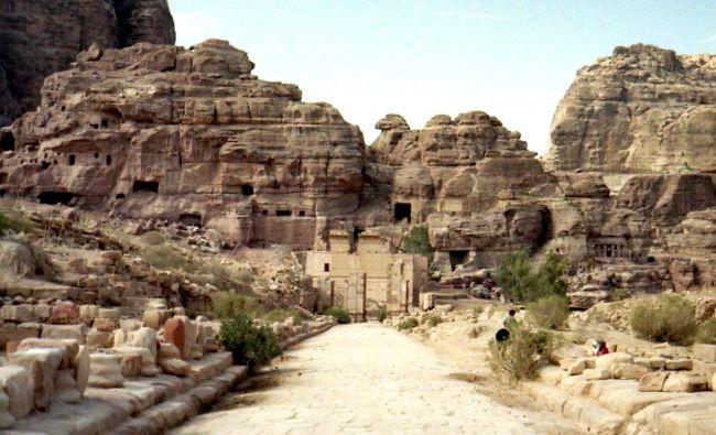 旅の充実度が倍増間違いなし!中東古代史や死海文書等に興味がある方やヨルダン イスラエルを旅する人に大推薦。<br /><br />中東への旅に一時期とてもハマり、その都度ヨルダンには立ち寄った。中でもナバテア文明(Nabataeans)の首都であったヨルダン南部のペトラ(Petra)の遺跡は印象的で、付近のワジラム/ワディラム砂漠と共に2度ほど訪問している。<br />このペトラ遺跡には、とても魅力ある遺跡群が砂漠のど真ん中に拡がっており、不思議かつ興味深いのだが、良きガイドブックになかなか出会えなかった。<br />それが近年急速にペトラの研究が進んだらしい。ご紹介する書籍 『ナバテア文明』ではペトラ遺跡だけでなく、この遺跡群を建築したナバテア人の類いまれなる思考方法や技術力などを深く知ることができる。ペトラや同時代のクムラン/死海文書に興味がある方やヨルダン、イスラエルを旅する人には強くお勧めしたい一冊である。<br /><br />・書き込み多数の古書『ナバテア文明』 ウディ・レヴィ 著との出会い<br />・謎の多いナバテア文明の巧妙な戦略<br />・ナバテア人の高い技術力<br />・興味深いナバテア人の宗教観<br /><br />この本を見つけたのは、神田で年に1度行なわれる古本祭でのこと。『ナバテア文明』という珍しいタイトルが偶然目にとまった。そして、鉛筆の書き込みが多数あったことから値段も格安で、すぐ購入することにした。<br />ちなみに、書き込みのある古書は大歓迎。値段が安くなることもあるが、書き込みをした前の読者、そして著者との三つ巴の対話が楽しいこともある。書き込みを読みながら「お主はそこが琴線に触れたのね、私はここがよかったけど」とか、?がつけられた箇所等は「確かに、この翻訳は意味不明だねぇ」などの対話が楽しい。<br /><br />この本の原著の刊行は1999年(翻訳は2012年)。なので1996年の自分のヨルダン訪問時とちょうどかぶっている。有名な遺跡にも関わらず、これまで取り上げた書籍が少ないのは、中東では紛争も絶えなかったのと、ナバテアの遺跡はヨルダンとイスラエルをまたにかけて広がっている故に、なかなか調査も進まなかったためらしい。訪問当時は充分な遺跡の解説がなかったのもうなずける。なにせ遺跡に訪れるにも、乗り合いバスは舗装道路までしか行かず、そこからのダート道はヒッチハイクをするしかなかった。そもそも、この地のベドウィン達も遺跡の存在を長く隠していたらしく、西洋の探検家たちからの発見も遅かった遺跡なのだ。<br />神田の古書店でこの書籍を手に取り、20年越しの旅の復習とあいなった。<br /><br />・謎の多いナバテア文明の巧妙な戦略<br />このペトラにあるナバテア人の遺跡は、映画『インディ・ジョーンズ 最後の聖戦』のクライマックスで遺跡のひとつのファザードだけが写り有名となった。しかし、これは広大な遺跡群のほんの一部であることは知られていない。また、ナバテア文明は碑文も多く、文字文化はあったのだが、自分の文化や歴史を書き残さず、800年頃のイスラムの侵入で忽然と姿を消してしまったことから謎の多い文明と言われている。<br /><br />続きはコチラから↓<br />https://jtaniguchi.com/%e3%83%8a%e3%83%90%e3%83%86%e3%82%a2%e4%ba%ba-%e3%83%a8%e3%83%ab%e3%83%80%e3%83%b3-%e3%83%9a%e3%83%88%e3%83%a9%e9%81%ba%e8%b7%a1-%e3%83%8a%e3%83%90%e3%83%86%e3%82%a2%e6%96%87%e6%98%8e/<br />