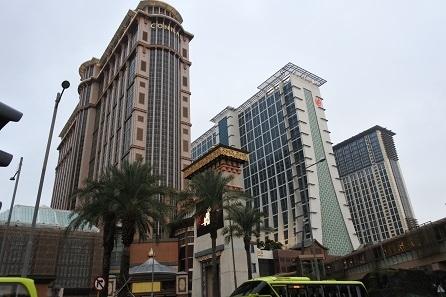 12月28日は関空の見学ツアーに参加して、ホテル日航関西空港に前泊。<br />12月29日の昼過ぎに香港に到着。シティゲートアウトレットで買い物をし、空港直結のリーガルエアポートホテルに一泊しました(ここまで①)。<br />12月30日昼前にマカオに向かいました。<br />空港からバスで香港口岸へ移動。港珠澳大橋を渡ってマカオへ。<br />澳門口岸からはフェリーターミナル行きのバスに乗り、そこでSSC(サンズコタイセントラル)行きのシャトルバスに乗り換えて、シェラトングランド・マカオホテルへ向かいます。<br />