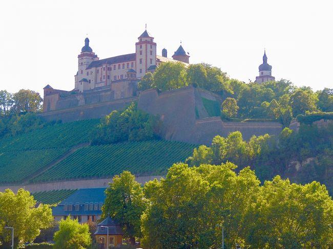 8月23日ローテンブルクのホテルが10時チェックアウトだったので、荷物を預かってもらい、レーダー門の展望台に行き、ローテンブルクの街並みを堪能した。ローテンブルクからはヴュルツブルクまで移動し、午後はヴュルツブルク観光を楽しんだ。ぶどう畑を上って汗だく、ヘトヘトになりながらマリエンベルク要塞まで行ってからマルクト広場まで戻ると、ここでワインフェスを開催していた。なんというラッキー。全く想定外に美味しいフランケンワインをお安くいただけた。交通費16.4ユーロ。宿泊費30.18ユーロ。<br /><br />