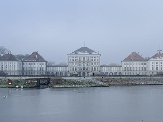 ミュンヘン&ザルツブルクのクリスマスマーケットとクラシックな毎日(その2)<br /><br />エアーとホテルだけを予約した個人旅行(ダンナと二人旅)の第二弾。<br />今回はミュンヘン&ザルツブルクに行ってきました。5泊のうち3夜はオーケストラのコンサート、オペラ、バレエを鑑賞(お約束!)。<br />でも、今回の1番の目的はクリスマスマーケット。日暮れから夜にかけて、クリスマスマーケットの雰囲気を思う存分楽しみました。もちろん日中は定番のノイシュバンシュタイン城やニンフェンブルク城などにも出かけました。1泊はザルツブルクに宿泊し、モーツァルトハウスも見学しました。<br />その2では、旅の後半をご紹介します☆