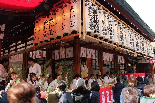 大阪では、商売繁盛の神様を「えべっさん」と呼び、毎年1月9日~11日に戎神社で十日戎が行われる。<br /><br />最も人出が多く賑わうのは10日の本戎だが、混雑が苦手なので9日の昼間に今宮戎神社の「宵えびす」に行って来ました。<br />宵えびすの昼間ということで、さほどの混雑もなく神社の入り口まで行くことができました。しかし、大坂は商人の街。境内は福笹を求める人でいっぱいでした。<br /><br />「商売繁盛でササ持ってこい!」の軽快なお囃子で、新年の良いスタートがきれました。『福よ来い来い!』<br /><br />なんば方面からの参拝巡路の写真を掲載します。<br />