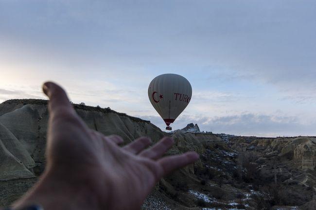 年末年始にトルコ行ってカッパドキアで気球にのってきました!<br /><br />※内容は自ブログにまとめてます(書きかけなのでまだ増える予定)※<br /><br />http://beingmelol.com/memo-677/<br /><br />---コンテンツ---<br /><br />*海外旅行、往復違う航空会社でトルコに行ってきました!<br />*高所恐怖症だけどカッパドキアで気球に乗ってきました!<br />*カッパドキアに行くならカイセリ、ネヴシェヒルどっちの空港がいい?<br />*イスタンブール新空港と空港バスHavaist(ハワイスト)での市内⇔空港移動方法<br />*海外旅行、はじめてのプリペイドSIMの設定が上手くできず焦った話(jetfon&amp;AIS SIM2Fly)<br />*トルコで買ってきたトルコランプは日本でそのまま使えるか?<br />*トルコは親日国ってほんと?トルコのナンパはすごい?日本人はモテるって本当?<br />*カッパドキアでハマムとちょっとだけ四輪バギー(ATV)に乗ってみた感想<br />*トルコの治安はどうだった?(2019年年末~2020年年初)<br />------<br /><br />