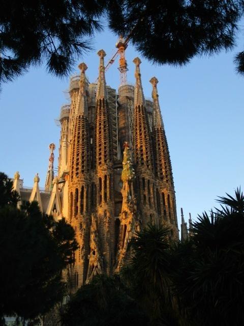 初めてのスペイン旅行なので各都市をサラッと巡るツアーに参加しました<br />初日は飛行機を乗り継いでひたすら移動、夜遅くにバルセロナに到着してホテルに入りました。<br />翌朝からバルセロナの観光、サクラダファミリアの予約時間に合わせて出発です。<br />サクラダファミリアの後は歩いてサンパウ病院、カサ・バトリョ、カサ・ミラ、昼食の後はグエル公園を散策した後タラゴナへ向かいました。