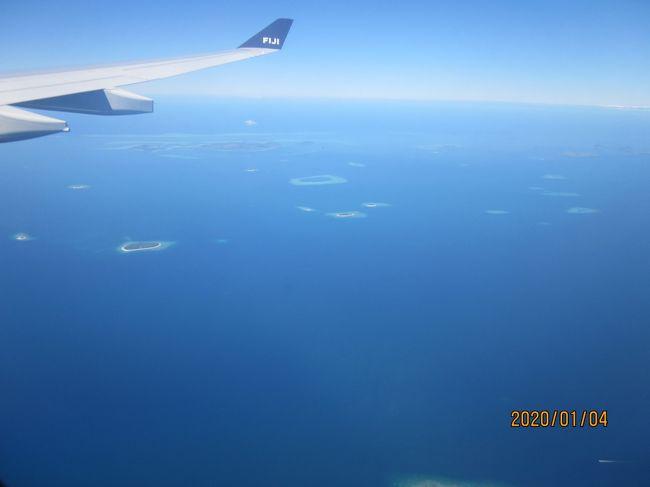 1月3日(金)<br />成田第2ターミナルに、北は札幌、南は大分から7名集合。<br />空港で、22294円で200US$両替。<br />現地発が遅れたため、出発1時間遅れが早々と決定されていた。フィジー航空 FJ350便 22:25に離陸。初めてのフィジー航空搭乗だが、食事まあまあ。アルコールもあり。一番良かったのは、3日発が3万円台と安かったこと、5日のNRT行きは満室らしいが、この便はガラガラ。横になって寝ている人多数。<br /><br />1月4日(土)<br />NAN 10:55着。予定より1時間遅れ。小さな空港。予想通り蒸し暑い。嫌な汗が流れる。<br />両替は円が可能なので7000円→122FJDで交換。10FJD手数料を取られた。7名バラバラに両替したので時間がかかった。<br />「Travellers Fiji」のサインを目印に進み、ピックアップのドライバーと合流。ワゴン車に他の2人組と共に乗車。12:30宿到着。ピックアップ1名4FJD<br />    <br />宿情報<br /> Bamboo Backpackers Hostel<br />24人部屋2段を7。2階で窓は網戸で風通し良い。7割かた埋まっていたため、私は上段に。<br />トイレ、シャワー室は独立。広い。水の出は今一。<br />2泊で226.67FJ$ 10.87FJ$現地払いとなっていたが、請求されない。1泊1人≒800円<br />館内にレストランあり。朝から営業。すぐ近くに両替所あり。<br /><br />昼寝後、3名で散策。商店街まで歩けるかと出発したが、暑く、断念。タクシーは沢山通過。5FJD札を見せてOK。スーパーマーケットで水などを購入。水1.5?1.25FJD。輸入品以外は高くない。<br />復路は全路タクシー。中国企業が沢山入っているらしく、ドライバーから「これはチャイナ」と説明があった。同行者が「好き?」と尋ねると、「ノー ライク」の返答。<br />夕食は、4人で徒歩圏内のレストランへ。エアコンが入って、小ぎれいでチャーハン13FJD。量が多い。<br /><br />1月5日(日)<br />6:00起床。蚊の被害は無かった。下階の黒人さんは、沢山いると言っていたが。<br />外でラジオ体操。散歩に行こうとしたらYさんが起きていたので、互いの昨日の行動報告会に。泳いだそうだが、視界ゼロとのこと。機内からは透き通っていたが。<br />85㎞先のsigatokaシンガトカに行こうかと下調べしていたが、日曜日で休みが多いそうなので諦める。<br />8時。一人でバスターミナルに向かう。5.8㎞あるが時間十分なので、歩くと決意。野生のパパイヤ、植樹したらしいマンゴと野原。時々見かける商店は、半数ほどclosed。空いていた商店は、動物園の檻同様、店員が檻の中にいた。<br />暑いのでマックで休憩。コーヒーを頼んだら砂糖を4つも付けて来た。マックを出て、バス停で待機している女性がいたので、どこ行きのバスか確認しようと英単語を並べて応答していたら、「日本人?」と。日本人だった。若いのに我々の宿の倍以上の宿に泊まっていた。ガダルカナル島の事は皆<br />目、知識無かった。<br />途中のスーパーマーケットを覗くと、テーブルがあり、ご飯やおかずが並べられていたので、ここで昼食と計画。水も補給。<br />11:30ラウトカ・バスターミナル着。シンガトカ行きは1日5本ほどあった。隣の市場は半数ほど営業。パイナップルが最盛期か沢山。再び先ほどのスーパーに戻り、昼食。<br />タクシーと交渉。1台目は、5FJDではダメ。2台目でOK。<br />乗り込んだら、Uターンしたので、方向を指示したら、「ニューロード」と。すぐ右折して並行する道になったので安心。明るく、私が方向を分かっていたので良かったが、一人タクシーはちょっと気をつかう。<br />夕食は6人でインド料理に。アルコール類は無かったが、隣の酒屋で購入して持ち込み可能。Rさんが明日から別行動ゆえ、最後の晩餐。ライスがフリーで安く食べられた。トリップアドバイザーのロゴマークが貼ってあった。<br /><br />1月6日(月)<br />6:00起床。ラジオ体操後、宿のサンドイッチ。頼み方が悪く、1袋で十分だったが、3袋出来て来た。フィジー人は異常なことでないかも。しかし私は?。Yさんがいたので1袋買わせてしまった。グループ旅行は、1人のミスを帳消しできることもあるから助かる。その後、一人散歩。立派なホテルがあった。<br />10:00チェックアウト。レストランでおしゃべりして、12:00タクシーで空港へ。我々3人のタクシーは13FJD。別の3人