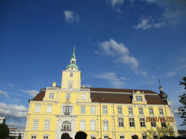ブレーメンに滞在し、近郊の街オルデンブルグへ出かけました。ガイドブックにも載っていない小さな街です。旧市街でイベントがありました。