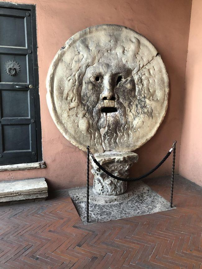 新婚旅行で トレビの泉にコインを投げて 再び訪れるのに 40年かかりました。その時はギリシャ フランス イタリアローマだけでしたので イタリアはもっと訪れたい所一杯で 今回は 欲張りました<br />40年前は トレビの泉にコインを投げた時 混んでいませんでしたが <br />今は 泉に近づくにも 大変な人 焼き栗屋さんもなく 黒人の物売りの多さにもびっくりしました。スペイン広場も凄い人です<br />関空から ミュンヘン経由でルフトハンザ航空 <br />Eチケットの交換の時に ビジネスクラスが半額<br />地上乗務員の方から イタリアの美味しい白ワインがお勧めの声に誘われて お食事も美味しくワインも <br />フルフラットで 12時間リラックスが出来ましたが貧乏性で ずーと映画を見てしまいました。<br />添乗員付きで ミラノ ベネチアゴンドラ付き フィレンツェピサの斜塔入場付き バチカン市国 ローマトレビの泉など観光 ナポリポンペイ遺跡<br />3食付き 大型バスに9名 すごーくゆったり旅行ですが お土産屋さんも 押し売りなかったので ベネチアグラスだけ 買いました<br />自由時間なしの為 ブランドショップ寄れず お金使わなくてよかったかも、ワイン オリーブオイル 買って帰りの重量心配 <br />帰りはエコノミーだから <br />帰りもミュンヘン経由も待ち時間に食べたソーセージ美味しかったので <br />ドイツにも行ってみたいです<br />トレビの泉に 今回もコインを投げましたが 次回はいつ来れるの~って感じです いっぱい行きたい所ありますが 体力がついていくかな~○○も