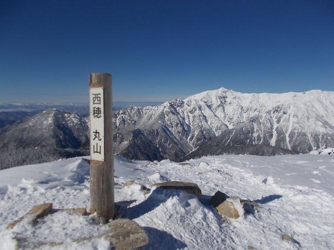 新穂高ロープウェイの西穂高口駅から西穂丸山までのルートは、雪山初心者でも安全に登れて冬の北アルプスの雰囲気を味わえることで知られる人気のルートです。今冬は積雪が例年に比べ非常に少ないとのことで、雪山経験がほとんどなく、4本爪の軽アイゼンしかもっていない自分でも登れそうだと思い、年末に青春18きっぷを利用して行ってきました。