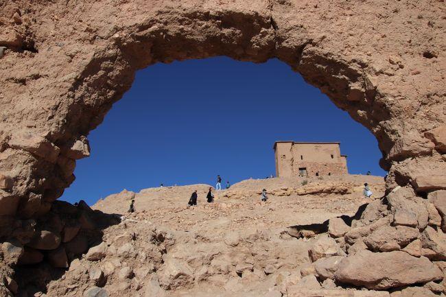 集落と云うより砦 世界遺産アイト・ベン・ハッドゥ訪問<br /><br />この地域はマラケシュとスーダンを結ぶ隊商交易の中継地として栄えた場所で、盗賊などから身を守るために、砦のような城壁で囲まれた構造になっています。そのなかで特に有力な部族だった「ハドゥー族」が築いたものがアイット・ベン・ハドゥ。<br />