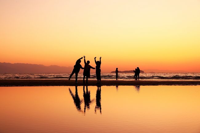 毎年「今年はどこの紅葉を見に行こうか」と数ヶ月前からそわそわ。<br />2019年は4トラでフォローさせてもらっている旅行三昧さんの旅行記を拝見して俄然行ってみたくなった小豆島の寒霞渓をメインに、2泊3日の旅を計画しました。<br /><br />小豆島へは高松か岡山からフェリーを利用するため、どうせなら近隣の絶景も見たいと思い、1日目は徳島・香川(祖谷と父母ヶ浜)、2日目に小豆島に渡って島内めぐり、最終日は岡山(倉敷)を観光するルートに。<br /><br />1日目の夕方に向かったのは「日本のウユニ塩湖」「SNS映えスポット」として昨今人気の観光地となった香川県三豊市の父母ヶ浜へ。勉強不足で思うようなリフレクション写真は撮れませんでしたが、素晴らしい夕日を見ることができました。<br /><br /><br />【行程】<br />1日目 羽田 → 高松<br />    奥祖谷、父母ヶ浜観光    <高松泊><br /><br />2日目 高松 → 小豆島<br />    エンジェルロード、寒霞渓、二十四の瞳映画村<br />      小豆島オリーブ公園     <小豆島泊><br /><br />3日目 小豆島 → 岡山  <br />     倉敷観光 → 岡山 → 羽田