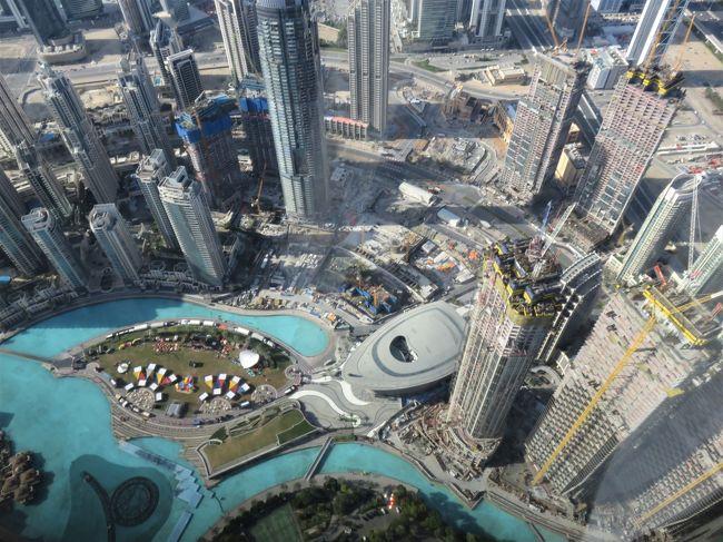 UAE(アラブ首長国連邦)の旅の三日目、最終日は、いよいよ世界一ののっぽビルに上がる。実は私は高い建物にあがるというのは、それほど熱狂的なファンではない。今まで東京タワーとエッフェル塔に上がったくらいだ。後はケルンやフィレンツェの大聖堂の上くらいだろう。台北、上海、クアラルンプール、ニューヨーク、ロンドンなどの高いビルも麓には行ったことがあるが、わざわざ上がっていない。ただ、今回は、ツアーだから、行程通りに参加すると、自動的にドバイのBurju Khalifaにはあがることとなった。勿論、今回は積極的に楽しみにしていた。世界一の高さのビルだからだ。アンテナなどの鉄塔は、今、ドバイで世界一の1000mの塔を計画中だとのこと。<br /><br />Burju Khalifaの実際に登れる高さは452mだそうだ。塔の上までだと828m!452mの高さまでエレベーターでわずか1分で上がれる!残念ながらドバイの最新技術の建築に日本はほとんど関わっていない!!!建築に携わった人たちの紹介展示があったが、国籍と人名がずらーと並ぶ中、一人も日本人はいなかったようだ。<br /><br />ドバイの街中の近代建築にもどうやら日本のかかわりはあまりないようだ。日本製とわかるのは、車だけだ。。。トヨタがやたら目立つ。ドバイ一の大きいドバイ・モ―ルにも日本製品の店はほとんどない!たまたま見たのは100円ショップと無印があったのみ。。(よく探せばあるのかもしれないが)電気製品、時計、カメラなども大きな通りでは見かけない。。。20年以上前だと日本製品はどこにでも溢れていたものだが、このドバイは、この20年間に建設されたものだから、日本の繁栄時代とはかかわりがないのだろう。。悲しい。。それに比べると、ヨーロッパのブランド品のショップは世界中どこにいっても、必ず、高級な商店街なら、昔も今も必ずある。日本にはブランド品が殆どないことを改めて知る。今、海外にあるのは安さで知られる店だけだ。。。<br />唯一売れている車も、高くてレクサス程度までしかない。国内需要を基準にしていては、貿易では絶対に稼げない!(追加;2020年7月20日、UAEの火星探査衛星を、三菱重工のH2Aロケットが無事打上げた!)<br /><br />一枚目はブルジュ・ハリファの124階と125階(425m)で撮影した写真から。(後で知ったのだが、高額のエレベーターで、もっと上にも上れるそうだ。ただ、撮影的には、この高さで充分。他のビルが低すぎる!)