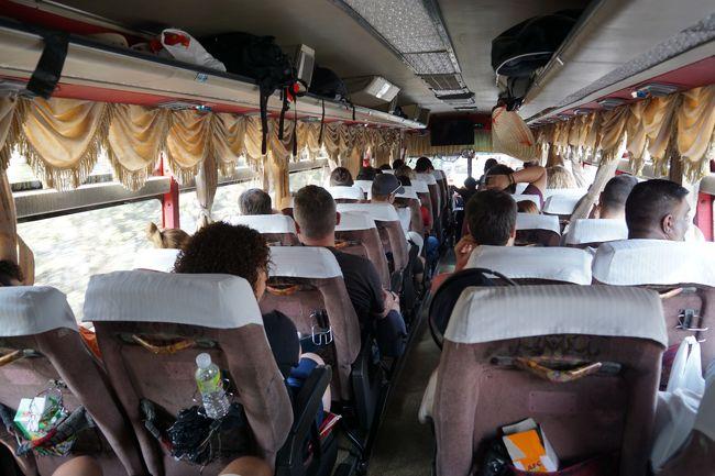 ベトナム ホーチミンからカンボジア プノンペンまでバスで陸路国境越えの旅をしました。<br />バスは、Mekong ExpressのWebサイトからネットで予約し(US$12)、9月23日公園そばのMekong Expressのカウンター(写真1)で乗車券を発行してもらいました。東南アジアでは珍しくほぼ定刻の8:30am にカウンター前の道路から出発 (写真2)。<br />3時間ほどでベトナムのイミグレーションに到着 (写真3)。ベトナムを出国後カンボジアのイミグレーションに移動し、無事カンボジアに入国 (写真4)。<br />この出入国の費用はカンボジアのアライバルビザ(シングル ツーリスト) US$30に、両国イミグレーションで Stamp Feeと称する賄賂がUS$2ずつ、バス会社係り員手数料 US$1 の計US$35でした。カンボジアのe-VISAはUS$30にシステム利用料US$6のUS$36なので、賄賂・手数料を払ってもアライバルビザの方がUS$1だけ安いです。<br />カンボジア入国後、途中の食堂で昼食停車の後、5時半pm頃にプノンペンに到着しました (写真5)。<br />この陸路国境越えは、バスの乗換えなしに移動できるので、難易度の低い安価な移動方法です。