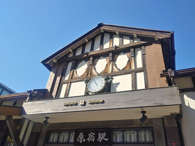 原宿駅舎が新しくなり、完成後には旧駅舎は店舗棟に組み込まれることになるようです。<br /><br />大正10年(1921)に完成した原宿駅の設計が、鉄道省技師の長谷川馨でした。当時このあたりは、東京郊外の田園地帯のようだったため、それにマッチしたこういう建物になったそうです。<br />木造平屋一部2階建。屋根上のステンドグラスを間近に見たいものdす。<br /><br />渋谷周辺の新しい建築物は徐々にアップしていきます。