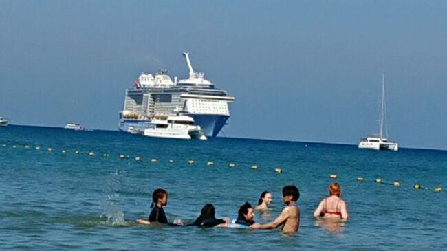 10年位前から連れがシンガポールで停泊していた船を見て乗船したいと話していたロイヤルカリビアンのクルーズ。今回初めて休暇とクルーズの日程が合致したので乗船することにしました。<br />私に黙ってクルーズの予約と航空券を抑えていた連れが何処で言い出そうかと思っていたより先にANAのアプリで気づいてしまいました。隠せないんですよね~予約するだろうと予測はしていた(日程有っているしと振っておいた)ので驚きも少ないけど<br />私にとっても念願の船旅。いつかはと思っていたのが現実になりました。<br /><br />今日はプーケット寄港4日目。ツアーも申し込まず海を眺めてボーっと過ごそうかと思っています。時期によってパトンビーチに到着しないこともあるそうですがテンダーボート降りたらすぐビーチ。<br />THBはタイバーツの略です。<br /><br />相変わらず英語の話せない私たちの旅はどうなるやら金額の分かるものはできるだけ表記します。<br />楽しんだもの勝ちと思って色々トライしまーす!<br />書き足りないこともあるけど情報が古くなるので取り合えずアップしておきます。<br /><br />そして乗船してから私の大失敗に気づきました。痛恨のミスです。何と乗船してから飲み放題を注文すると1日US$65-もするんです!!クルーの方曰く「あーネットのほうが安いんですよねー」って「かなり飲む方以外は日本人にはお勧めしません」とまで言われてしまいました。<br />この旅行記を読んで下さった乗船を考えている方で昼からビールとか考えている方絶対に乗船前に申し込んでくださいね。1日5杯は飲まないと元は取れないけど。(もし変更になっていたらごめんなさい。)出発前に何回かチェックしていた時に飲み放題がUS$48~52の間を日によって変わっていたので船内はUS$52-なんだろうと勝手に思い込んでいましたがUS$65-もするなんて!ショック…<br />船内Wi-Fiが付いてUS$60-になっていた時に注文すべきでした。船内は陸地の電波は捕まえない(寄港地に停泊している間だけベランダでつながる)ので船内Wi-Fiの契約も必要でした。屋上に出たときだけや陸地に近い時だけ捕まる感じでしたから。<br />現地通信手段はSIMフリースマホ(アンドロイド端末)にアマゾンで購入した『【ローミングSIM】ミャンマー、ベトナム、タイ、マレーシア、インドネシア、フィリピン、シンガポール他11か国利用可能 8日データ容量3GB プリペイドSIM 』China Unicom(チャイナユニコム)850円を使いました。説明書通り最初にシンガポールで挿入したときは直ぐに繋がらなかったけど再起動した後は何処の国でもすんなり繋がって快適でした。おかげでグーグルマップ等大活躍しました。<br /><br />予約はほぼ1年前ロイヤルカリビアンのホームページからしたみたい。スーペリアラージバルコニー(1C)クルーズ料金合計US$2,461.76-予約金US$200-払った状態で残金は9月末までに支払います。<br />航空券もほぼ同じ時期に購入、2人で254,540円の私達には豪華旅行ですね。