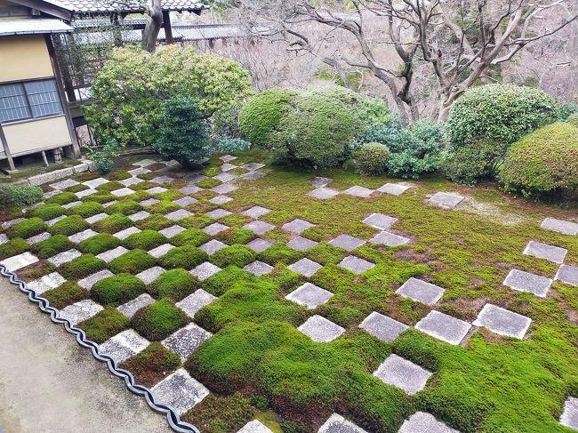 今日の冬の旅の広告で枯山水が推されていたので、紅葉で有名な東福寺を訪れてきました。<br /><br />観光客も少なくて、ゆっくり見れました。方丈は明治期の再建で、作庭は重森美玲です。<br /><br />有名な市松模様の庭はやはり見事でした。<br /><br />国宝の三門も見応えがありました。