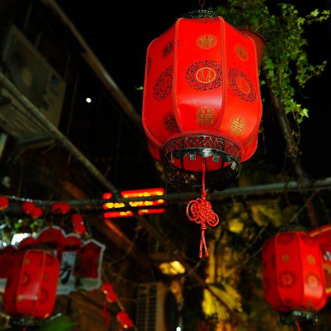 旅行2日目。<br />GoogleMapのお陰で市バスが気軽に利用できるから、地下鉄とバスを利用して上海観光をする。<br />専門店で中国茶を吟味したり、モダンな佇まいが魅力的な武康大楼を見に行ったり、田子坊の混雑と閑散の差の激しさを目の当たりにしたり、新疆ウイグル自治区料理レストランで美味しい料理片手に珍しいビールを嗜んだり…<br />気の向くままにウロウロして、日曜日のにぎやかな上海の街を楽しんだ。