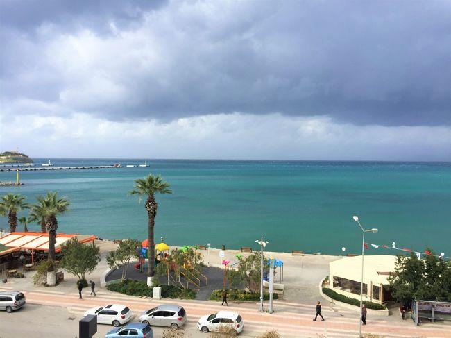 2月5日(水)<br />エフェス遺跡を見た後は、ドルムシュで海辺の街クシャダシに向かいます。<br />クシャダシから見える海は、エーゲ海。。。。名前はずっと昔から知っていたけど、やっとお目にかかれました(^_^)<br /><br />クシャダシでは、エーゲ海を見るのが目的。<br />部屋からエーゲ海が見えるホテルを予約してあります。<br /><br />★武漢肺炎に関すること<br />マスク人は全くいません。<br /><br />中国人はほとんどいません。<br /><br />特に、中国人団体客は全く見かけません。<br />それで目立つのか、香港人・香港人団体が目立ちます。私からすると中国人と同じに見えるのですが、相方の話では広東語を話しているので香港人だとわかるそうです。<br /><br />いつもなら、どこに行っても韓国人もいるのに、この旅行では今のところ韓国人も見かけません。<br /><br />極めて、静かでいいのですが。。。<br />トルコでもコロナのニュースはバンバンやっているので、レストランなんかでTVからそんな映像が流れると、何となく焦ります。<br /><br />周りの視線なんかが気になったりしますが、これまで、私達は差別的な扱いや嫌な顔はされていません。<br /><br />この旅行では最後にイスタンブールに5泊するので、そこが一番心配ですね。<br /><br />★★私達の帰国(中国入国)について<br />私達が予約していた<br />香港→長沙(キャセイ)は、一昨日運行停止を決定。<br /><br />香港入境では問答無用の2週間隔離されるかもしれない。。。(゜o゜)<br /><br />どうするか。。。<br />外国から中国への渡航便は、現在ほぼ無い。<br /><br />中国周辺国から迂回しようにも、周辺国はほとんど中国人(相方)の入国を停止している。<br /><br />いろいろ検討してみて、唯一開いている上海空港経由を選択<br /><br />イスタンブール→アブダビ→香港 9:10[エティハド]<br />(同日)香港→上海[春秋]<br />(同日)上海→長沙[中国南方]<br />を予約。<br />まだまだ、これもどうなるかわかりませんけどね。<br /><br />国外からの中国便・長沙便は全て運行停止。<br />我が学友(タイ・ラオス・ベトナム)も空路では戻って来られません。<br />本来2/17開高は2/24に延期されましたが、それで済むとは到底思われません。<br />そもそも、海外の学生はそれまでに戻ってこれないでしょう。<br />ただでさえ、休みばかりの大学ですから9000元ももったいないし、半年期間がこのままどんどん縮まるなら、今期は行かず、来期(9月)からにします。<br />ただ、日本からの留学生はどうなるんですかねえ。<br />この冬休みも、日本に帰らず中国に残って、旅行に行くと言ってましたが。。。恐らく動けてないでしょう。<br />災難です。<br /><br /><br />[ 旅程 ]<br />1/25~29 香港<br />https://4travel.jp/travelogue/11595648<br />1/30~2/2 カッパドキア(ギョレメ)<br />https://4travel.jp/travelogue/11596354<br />2/3~2/4 パムッカレ(デニズリ)<br />https://4travel.jp/travelogue/11596752<br />2/4~2/5 エフェス遺跡(セルチュク)<br />https://4travel.jp/travelogue/11596888<br />2/5~2/6 クシャダシ(エーゲ海)<br />https://4travel.jp/travelogue/11597161<br />2/6~2/7 アラカチ・チェシメ<br />https://4travel.jp/travelogue/11597275<br />2/8~2/13 (前編)イスタンブール(定番・セマー・ハマム)<br />https://4travel.jp/travelogue/11603030<br />2/8~2/13 (後編)イスタンブール(街歩きとトルコ料理)<br />https://4travel.jp/travelogue/11605435<br />2/12 帰れないかもなあ。。。<br />https://4travel.jp/travelogue/11599297<br />2/13~2/15 イスタンブール→香港→上海→長沙<br />h
