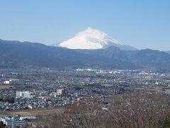 梅まつりの曽我梅林を散策し,山腹の見晴台まで登り,綺麗な富士を眺望した