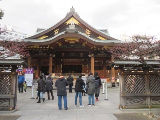 東京メトロ千代田線の湯島駅より天神石段(男坂)をのぼり、湯島天神(湯島天満宮)へ行きました、第63回梅まつり(文京花の五大まつり)が行われていて、多くの参拝者と梅の花を見る人がいました、露店がたくさん出ていて賑やかでした。<br /><br />湯島天神は学問の神様として学業成就・合格祈願等の参拝者で賑わっています、2月は梅まつりが行われているので特に参拝者が多いです、境内の梅園には綺麗な梅がたくさん咲いていました、写真を撮る人も多くいました、梅まつりは2月8日(土)から3月8日(日)まで行われています、初日の8日に行きましたが梅の花は咲いていてました。<br /><br />
