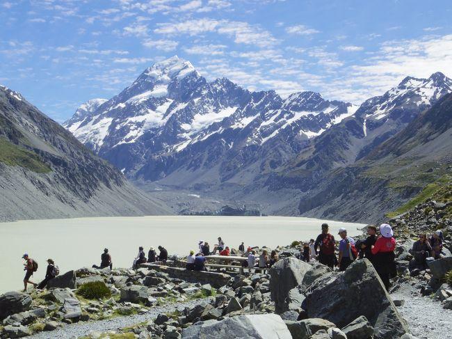 ニュージーランドの旅のハイライト、フッカーバレートラック・ハイキング!<br />そのためにマウントクック2泊にしました。今日は1日ゆっくりとハイキング。17時にはグレッシャー・エクスプローラー(氷河湖ボートツアー)をホテルのHPより予約してあるので、その時間までにホテルに戻ればいいだけ。<br />昨日の夕方から、だんだん姿を見せ始めてくれたマウントクック。<br />この日は、最高に綺麗に見ることができました♪<br /><br />写真はフッカバレートラックの終点。フッカー湖に到着。