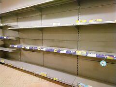 香港★マスクを買い求める長蛇の列 スーパーの棚は空っぽ