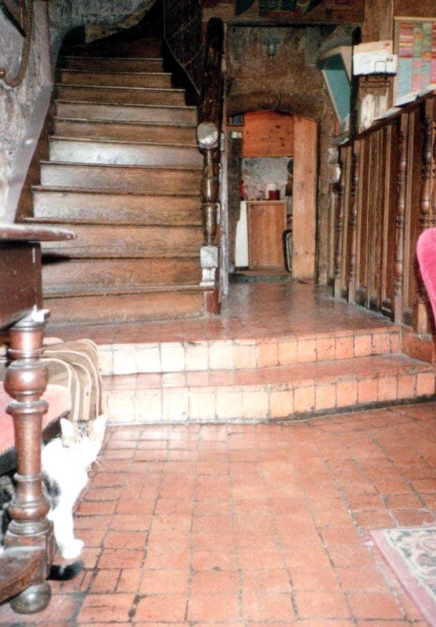 7月 7日から 31日までユーレイル・パスで<br />一切予約なしの 3週間の鉄道旅行。<br />ノルマンディ、南仏、スイス、オーストリア、<br />イタリア、ドイツなどを回ってパリに帰ってきた。<br />いよいよ残すところ、あと1週間…<br />パリで泊まりたいホテルが3つあった。<br />1つ目は写真の Hôtel Esméralda 。<br />名前で分かるようにカジモド、つまり<br />ノートルダムの側。<br />ここは『個人教授』でナタリー・ドロンが<br />家を出て泊まるホテルで、映画でも分かるが<br />ノートルダムが目の前に見える。<br />1640年からあるらしく、見ての通り古い古いホテル。<br />立地がいいこともあり、1つ星ではあるが半年前でないと<br />取れないと言われるほど非常に人気が高かった。<br /> (現在も1つ星だが 15,000円もしている!!)<br />この時も行ったが、やはり空きなしで泊まれず。<br />写真は入り口を入ったところで階段の右がフロント。<br />なぜか数匹の猫が迎えてくれた。<br />今ならネット予約できるので<br />いつか必ず泊まるつもり…