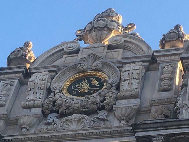 8日目は一日中イスタンブール観光。<br />元々はゆっくり10時出発予定でしたが、昨日の飛行機遅延でできなかったトプカプ宮殿観光のため、8時半出発となりました。ドルマバフチェ宮殿、トプカプ宮殿、ランチ、オルタキョイ、夜はベリーダンスと充実した一日を過ごしました。<br /><br />1/26(日)TK053 成田23:00発<br />1/27(月)イスタンブール5:45着TK2310イスタンブール7:00発イズミール8:25着ベルガマ遺跡観光イズミール泊<br />1/28(火)エフェソス観光(エフェソス遺跡、聖母マリアの家)パムッカレ観光 パムッカレ泊<br />1/29(水)コンヤ市内観光(メヴラーナ博物館、インジェミナーレ神学校) コンヤ泊<br />1/30(木)キャラバンサライ カッパドキア(カイマクル地下都市、3姉妹の岩、デヴレント)トルコ石店 陶器店ワイナリー カッパドキア泊<br />1/31(金)カッパドキア(ギョレメ野外博物館、ウチヒサール、鳩の谷、パシャバー)トルコ絨毯店カッパドキア泊<br />2/1(土)TK2007ネヴシェヒール9:40発イスタンブール11:15着 ブルーモスク、アヤソフィア、トプカプ宮殿観光 イスタンブール泊<br />2/2(日)オルタキョイ散策、ドルマバフチェ宮殿、民族舞踊とベリーダンスのディナーショー イスタンブール泊<br />2/3(月)フリータイム11:30ボスポラス海峡ランチクルーズ グランドバザール、ガラタ塔、イスティクラル通り<br />2/4(火)TK052イスタンブール発01:55 成田19:40着