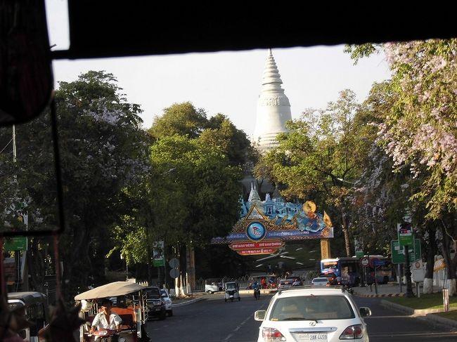 阪急交通社 ANAビジネスクラス利用 世界遺産アンコール遺跡群とプノンペン5日間<br />カンボジア旅 1日目です。<br /><br />プノンペンの空港からガイドさんと落合いバスで観光します。<br /><br />ワットプノンは内部まで 独立記念塔は見える場所で写真タイム<br /><br />夕食は町中のホテルでクメール料理<br /><br />宿はソカプノンペン&レジデンス