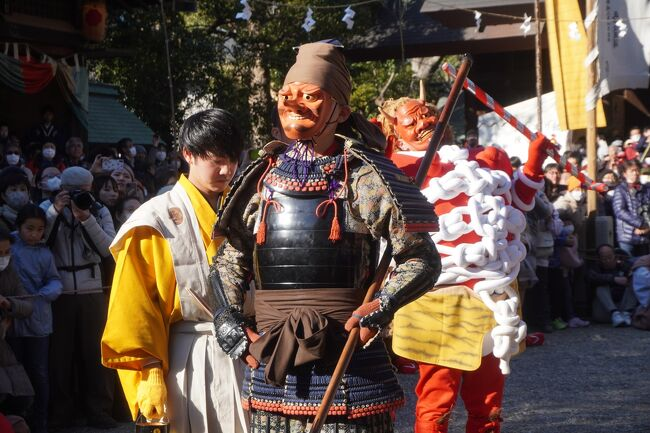豊橋の鬼祭は、天慶3年(940年)に創建された安久美神戸神明社の正月行事。平将門の乱の鎮圧を祈願した伊勢神宮への報賽として、朝廷から献上された神領地の安泰と繁栄、厄除けや五穀豊穣を願った神事が起源とされます。ただ、祭りは時代とともに変化していくもの。現在に引き継がれている奇祭と呼ばれる形は、その後の紆余曲折があってのものでしょう。<br /><br />さて、祭りは毎年2月10~11日。10日の鬼は子供が演ずる青鬼。11日の鬼が赤鬼と小鬼、黒鬼。そして、天狗のからかいという赤鬼と天狗の戦いが一番のハイライトという流れです。<br />ただ、この天狗のからかいですが、「戦い」の中での天狗の動きは少し動いては静止、少し動いては静止の地味な動きだし、戦いを意味する動きはかなり抽象的。なので境内で放送される解説を聞かないとそれを見ただけでは何をしているのか分からないかも。正直言えば、事前の評判とは違って、意外に退屈かな。現代人は分かるまで我慢するとか間を持つということが不得意ですからね。<br />それよりも、赤鬼のひらひら振られた日の丸の扇子に踊りながら近づいていくダンスの方は妙なかわいらしさがあるし、タンキリ飴をまく飴まきや白いメリケン粉をまき散らす大騒動の方がむしろ痛快で夢中になって楽しめる。ほか、一日いると子供の神楽とかも含めて次々楽しい場面に遭遇するので、それも含めて本当に飽きることがありません。どっちにしても、ちょこっと見ておしまいという祭りではないと思います。<br />日がな一日、祭りに浸った感じが伝わると嬉しいです。<br /><br />参考までに、以下がスケジュールの概要です。<br /><スケジュール><br />2月10日 宵祭<br /> 8:30 青鬼修祓 <br />10:00 青鬼出動、岩戸舞(青鬼厄除飴まき行事)<br />11:00 開運厄除特別祈祷(開運飴まき行事)<br />12:00 五十鈴神楽 <br />14:30 子鬼神事予習 <br />15:00 奉幣祭 <br />15:30 奉賛会(厄除飴まき行事)<br />16:15 岩戸舞と青鬼(青鬼厄除飴まき行事)、宮司談合宮へ参向 <br />18:00 青鬼帰還 <br />19:00 夜宮祭(浦安の舞)、赤鬼と天狗のからかい、司天師田楽、諸神楽予習 <br />21:00 夜宮祭祭事終了<br /><br />2月11日 本祭<br /> 8:30 御日の出神楽、子鬼修祓 <br />10:00 例祭(献幣使参向、浦安の舞)、奉賛会(厄除飴まき行事)<br />11:10 供物・赤鬼・天狗・黒鬼修祓<br />11:30 司天師修祓 <br />11:50 子鬼社参(子鬼厄除飴まき行事)、田楽ならし(潔斎殿前) <br />12:30 神事祭(浦安の舞)、五十鈴神楽、奉賛会(厄除飴まき行事)<br />13:20 御的の神事 <br />14:00 赤鬼と天狗のからかい、司天師田楽、諸神楽 <br />16:00 御玉引の年占 <br />17:00 談合宮へ御神幸 <br />17:10 神前奉納太鼓 <br />18:00 本社へ還幸 <br />19:00 子鬼帰還 <br />22:00 司天師帰還 <br />23:00 赤鬼・天狗帰還
