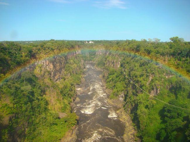 たくさんの動物や絶景に出会えた、アフリカ南部を旅してきた時の記録です<br /><br />2/13~16 ソウル<br /> 17~19 ケープタウン<br /> 20~24 ナミビア<br /> 25~28 ヴィクトリアの滝・チョベ国立公園<br /><br /><br />リビングストンを拠点にして、チョベとヴィクトリアの滝を観光です。<br /><br />ここザンビアは入国するのに、ビザが必要です。<br />空港でアライバルでも取れるとの情報もありますが、自分の場合はナミビアからバスで入るので、取れなかったり、時間がかかりバスに置いてかれたりしては困るので、事前にわざわざ大使館に取得しに行きました。<br />(90日間マルチプル 8500円)<br />高すぎ!! 90日もいらないからもっと安くしてほしい!<br />チョベのボツワナやヴィクトリアの滝のジンバブエ側にも日帰りで行くので、マルチプルにしました。<br /><br />今では、e-visa(電子ビザ)もあるとか。便利になりました。<br />ジンバブエとザンビアの共通ビザ(kaza-visa)というものもできてるようです。<br />かなりお得になるようですが、廃止されたとか、復活して取れたとかいろんな情報が。<br />そこら辺は最新の情報を確認なさってください。