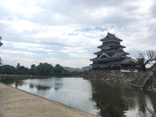 長野にはよく行きますが、なかなか松本の方は行くことがなく、ほぼ初めて。<br />松本と、諏訪大社に行ってきました。<br />松本でライブを予約したので、それを言い訳に?松本城と諏訪大社も入れてみました。<br />ちょうど開智学校が国宝に内定したっていうことで、話題になっていました。<br />国宝松本城を訪れた際に、2か月で3つの国宝のお城を回っていることに気づきました。彦根、犬山に次いで、6月は松本城です。<br />城マニアみたい(笑)けして城マニアってわけではないんですが、これだけ巡ると全部行かなくちゃって気がしてきました。姫路は行ったことがあるので、あとは松江ですかね。。。<br /><br />今回は車を借りず、公共交通機関と徒歩のみでチャレンジしてみました。<br />松本は東京から一本で行けるんですが、遠いですね。。。いつも長野は新幹線なので、特急あずさで行く松本は思ったより距離を感じました。<br />松本市内はタウンスニーカーというバスを使って回りました。一日乗車券を使うと複数の路線を使うとあちこち回るのに便利です。<br />他にも市内の路線バスなどあり、結構便利に回れましたが、諏訪大社の4社巡りは徒歩でやることにしたんですが、結構大変だったかも。特に上諏訪の方が距離があって大変でした。。。バスもあまりないので。松本からの移動などもあったので、結局一部タクシー使う羽目に。それでも夕方ギリギリでしたので、もっとゆっくり取りたかったですね。<br />自転車とかもっと便利な交通手段があるとよいなと思いました。<br />
