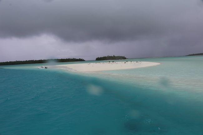「結婚25周年記念旅行、どこ行こうか?」<br />「綺麗なビーチがあるところがいいな、ボラボラ島とかモルディブとか…」<br />「カナダからモルディブは、かなり遠いし、となるとボラボラ?」<br />「ポールゴーギャン・クルーズも良さそうじゃない?」<br />「ポールゴーギャンでフレンチポリネシアとクック諸島を周るのがあるよ。」<br />「あ、それいいねー。それにしようか。」<br />「でも、11月のフレンチポリネシアって雨季みたいだよ。」<br />「海が大荒れで船酔いして、上陸しても雨で全くビーチも楽しめなかったら、最悪じゃない?」<br />なんて、ポールゴーギャン・クルーズの各寄港地の11月の気候を調べてみたら、ラロトンガ、アイツタキは初夏で、雨季から乾季へ移行する月だとのことで、結構穴場的シーズンのようです。<br />「だったら、クルーズはやめて、直接、ラロトンガ、アイツタキへ行ってしまうっていうのはどうよ!?」<br />バンクーバーからの航空運賃を調べてみたら、ニュージーランド航空が週に1便、ロサンゼルスからラロトンガまでのダイレクト便を運行しているので、それに合わせて以下のような旅程を組みました。<br /><br />Day1 バンクーバー→ロサンゼルス→<br />Day2 →ラロトンガ    Pacific Resort Rarotonga泊<br />Day3 終日ラロトンガ  Pacific Resort Rarotonga泊<br />Day4 ラロトンガ→アイツタキ  Aitutaki Lagoon Private Island Resort泊<br />Day5 アイツタキ Bishop&#39;s Cruise参加  Pacific Resort Aitutaki泊<br />Day6 アイツタキ   Pacific Resort Aitutaki泊<br />Day7 アイツタキ→ラロトンガ(半日)<br />Day8 →ロサンゼルス  サンタモニカ Bayside Hotel泊<br />Day9 ロサンゼルス→バンクーバー<br /><br />ちなみに、それ以外の曜日でも、北米からニュージーランド経由でラロトンガへ行けますが、時間も掛かり、運賃も高くなります。<br /><br />Day5-6(Bishop&#39;s Cruise4 念願のヘブンへ♪)<br /><br />ワンフット・アイランドの近くにヘブンと呼ばれる、最高に美しいサンドバンクがあり、そこは、今回の旅行で一番、楽しみにしていた場所でした。<br />ワンフット・アイランドから干潮時には歩いて行けるのですが、私達が参加したBishop&#39;s Cruiseは、ヘブンで降りたい人だけ降ろしてくれて、海の中を歩いてワンフット・アイランドまで行くことができます。<br /><br />残念ながら、私達がヘブンに上陸した時にポツリポツリと雨が降り出し、風も強く、空は雨雲で真っ暗だったのですが、それでも感動ものの美しさでした。<br />天気が悪くても、感動する美しさのヘブン、晴れていたら、どんだけ凄いんだろ~と想像するだけで、もう一度、行きたくなってきます。