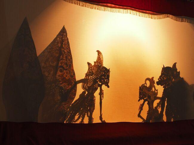 ワヤン・クリッ(水牛の皮で作ったお人形で演じられる影絵芝居)は<br />2009年にユネスコの無形文化遺産に登録されました。<br /><br />今日はこの旅の唐辛子婆の主な目的「ワヤン見物」の日です。<br />なんと長い間待ったことでせう。<br />ほぼ40年!<br /><br />さて<br />およそ日本にこのやうな芸能の形態があるだらうか?<br />日頃のなりわいは農業だったり教師だったり商売だったりしながら<br />ダラン(人形遣い)にお呼びがかかるとガムラン奏者達としてはせ参じ<br />夜9時から朝の5時まで徹夜でオーケストラの演奏をあい務める。<br /><br />下手なダランには金輪際声がかからないし<br />うまいダランには公務員の何十倍ものギャラが支払われる。<br />ガムラン奏者達はいつどこでどのくらいの頻度で練習を重ねるのだらうか?<br /><br />日本でも琵琶法師が平家物語を演じていたとか<br />秩父祭りに子供歌舞伎が活躍するとか聞くけれども、いつでもどこでも<br />オーケストラが出演OKのスタンスはなかなかあるものではないやうな気がします。<br /><br />そしてその物語、マハーバーラタやラーマーヤナは<br />ヒンドゥーの一大叙事詩由来ださうですけど、そもそもその物語は八百万の神々が<br />おっちょこちょいだったり嫉妬したり、会議を重ねたり、その決まりごとに縛られたり<br />いたずら好きだったりからはじまってて。<br /><br />まるでギリシア神話の神々のやう。<br />って、ギリシャ神話は阿刀田高の「ギリシア神話を知っていますか」<br />しか知らないんですけどね。<br />女とみれば追っかけまわすゼウスとか、人間臭い神々ばかり。<br /><br />そしてマハーバーラタにしろラーマーヤナにしろ、そんな神々の差し金や<br />軽はずみな決定に人間たちやラクササ(牙のある化け物)が右往左往させられて。<br />そしてその結果として生み出された悪魔に神様たちが対抗できないもんだから<br />人間と戦わせるとかもうもうもっとしっかりしてよね。<br />あっ、罰あてないでくださいまし!<br /><br />そして翻弄される人々もラクササ達も<br />情けないったら、可哀そすぎるったら、面白すぎるったらありゃしない!<br /><br />松本亮著「ジャワ夢幻日記」「ワヤンを楽しむ」からの引用抜粋は<br />かぎ括弧「」で示しました。<br /><br />