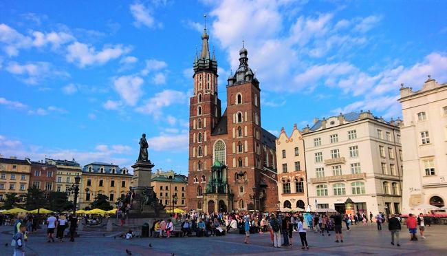 2019年夏休みのポーランド旅行記6日目。<br /><br />トルンから移動してこの日は、ポーランドでいちばん訪れたかった街クラクフを散策。<br /><br />中世のたたずまいを残す旧市街やかつての王の居城ヴァヴェル城からは、この街が歩んできた重厚な歴史が感じられ、まさに生きる博物館のよう。<br /><br />世界遺産第一号として登録されるのも納得の街並みに、疲れも忘れて歩き回った一日となりました。<br /><br /><旅程表><br /> 2019年<br /> 7月 6日(土) 羽田→ミュンヘン→ワルシャワ<br /> 7月 7日(日) ワルシャワ<br /> 7月 8日(月) ワルシャワ→グダンスク<br /> 7月 9日(火) グダンスク→マルボルク城→グダンスク<br />          →トルン<br />〇7月10日(水) トルン→ウッチ→クラクフ<br />〇7月11日(木) クラクフ<br /> 7月12日(金) クラクフ→ヴィエリチカ岩塩坑→クラクフ<br /> 7月13日(土) クラクフ→アウシュヴィッツ・ビルケナウ<br />          強制絶滅収容所→クラクフ<br /> 7月14日(日) クラクフ→ミュンヘン→<br /> 7月15日(月) →羽田