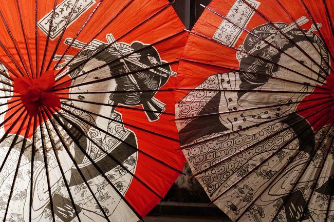 ようやく、今年最初の旅である。<br />初旅が2月にずれ込んだのは、17年ぶりだ。<br />今回の旅は、昨年、都合により日帰りとなった恒例の気の置けない仲間たちとの旅。<br />今回、冬の京都へ行きたいという仲間たちの要望により、2月の下旬となった。<br />しかし、京都はここ数年、外国人観光客で大混雑しているので、個人的にはあまり気が乗らなかった。<br />とりあえず、往復の新幹線が付いたお手頃な宿を去年の内に確保。<br />ところが、近くなってみれば、新型コロナウィルスの影響で、京都はかなり空観光客が減っているとのこと。<br />とは言え、そこは国際観光地京都なので、半信半疑で出発した。