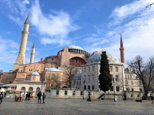 2020年1月25日から始まった今回の旅行。<br />最後の訪問地は、イスタンブール(2/8~2/13)。<br /><br />「イスタンブールはどうしようか。。。」<br /><br />相方も私も特に、何処に行きたいという場所はない。<br /><br />「(漠然と)トルコに行きたい」<br /><br />トルコって何があるの?<br />どんなとこ?<br />トルコ料理ってうまいらしい。<br />イスタンブールって。。。歌の。。。(^_^;)<br /><br />私達はそんなレベルの知識で旅行を始めたのです。<br /><br />とりあえずは、王道の観光地を通ってイスタンブールまでやって来ました。<br /><br />私はバスや公共機関を使った「移動旅」が好き。<br />しかし、相方にはそろそろ移動旅は辛くなってきている。特に冬場は。。<br /><br />私はトルコを西から東へ横断して、アルメニア・グルジアに抜けたかった。<br />領土の広さを痛感した。<br /><br />トルコって、めちゃくちゃ大きい。。。<br /><br />いつか、トルコを横断してみたい。。。暖かい時に。。。<br /><br />「トルコ旅行でどこが一番良かった?」(私)<br />「イスタンブール」(相方)<br /><br />ということで、イスタンブールです。(^_^;)<br /><br />(前編)は、<br />①定番のモスク・博物館・宮殿巡り<br />②メヴレヴィー教団の回転する踊り『セマー』<br />③ボスポラス海峡のボートツアー<br />④念願の『高級ハマム』<br /><br />(後編)は、<br />⑤旧市街・新市街の街歩き<br />⑥トルコ料理<br /><br />私達の旅行はいつも薄っぺらです(^_^)<br /><br />[ 旅程 ]<br />1/25~29 香港<br />https://4travel.jp/travelogue/11595648<br />1/30~2/2 カッパドキア(ギョレメ)<br />https://4travel.jp/travelogue/11596354<br />2/3~2/4 パムッカレ(デニズリ)<br />https://4travel.jp/travelogue/11596752<br />2/4~2/5 エフェス遺跡(セルチュク)<br />https://4travel.jp/travelogue/11596888<br />2/5~2/6 クシャダシ(エーゲ海)<br />https://4travel.jp/travelogue/11597161<br />2/6~2/7 アラカチ・チェシメ<br />https://4travel.jp/travelogue/11597275<br />2/8~2/13 (前編)イスタンブール(定番・セマー・ハマム)<br />https://4travel.jp/travelogue/11603030<br />2/8~2/13 (後編)イスタンブール(街歩きとトルコ料理)<br />https://4travel.jp/travelogue/11605435<br />2/12 帰れないかもなあ。。。<br />https://4travel.jp/travelogue/11599297<br />2/13~2/15 イスタンブール→香港→上海→長沙<br />https://4travel.jp/travelogue/11600704<br />