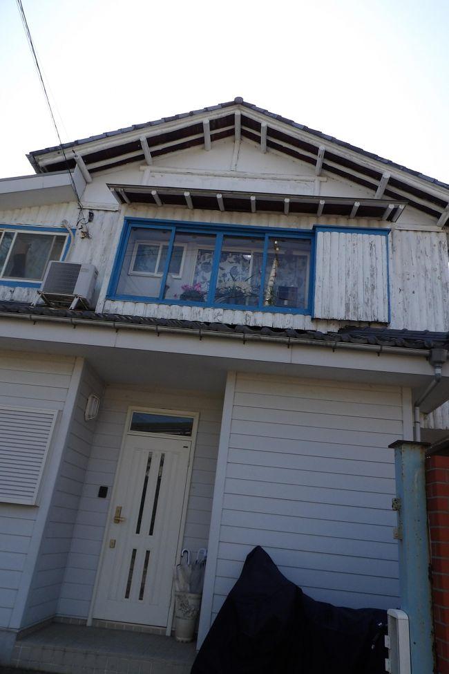 大船駅から大船フラワーセンターに向かう途中の鎌倉市岡本2に、二階の屋根や窓の庇の屋根の垂木に丸木の柱をや丸木を用いた家屋がある。外壁は白を基調とし、2階の窓枠は青にしている。庇や屋根の柱や垂木も白く塗られている。こうした丸木を用いるのは数寄屋造りでもなければ一般には見ないものだが、一階の玄関を見ると日本風ではなく、洋風である。<br />(表紙写真は丸木の柱を多く用いた家)