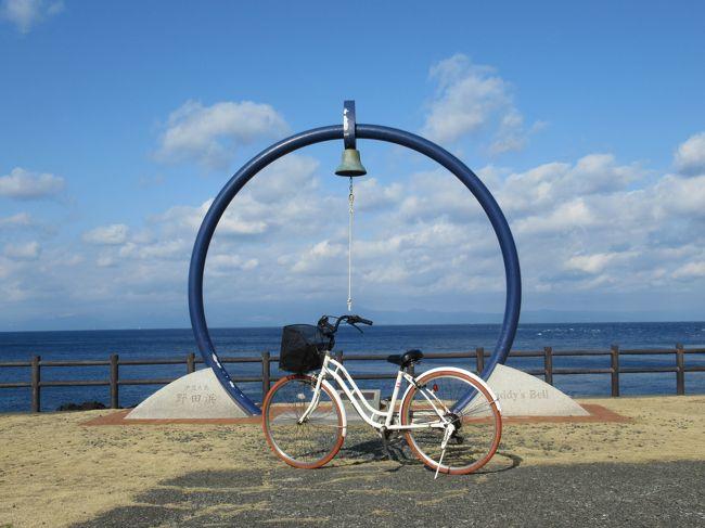大島温泉ホテルからママチャリで一気に島の北西部の野田浜まで駆け下りました。<br />その後、西海岸沿いに南北に伸びるサンセットパームラインという自転車専用道を快走。<br />青い空と海、白い富士山を右に見て、元町港まで軽快なサイクリングを楽しんだのですが・・<br /><br />元町を抜けて、島の南西側にある「地層大切断面」に行こうと大島一周道路を走行していたら、 チェーンが外れてしまったのです。<br />結局、行くことは叶わず、敢え無く途中で断念する羽目に (&gt;_&lt;)<br />これはママチャリオバサンの可哀想なツーリング記録です。<br /><br />