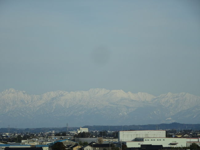 コロナウィルスの影響もありましたが、<br />予定通り北陸旅行へ行きました。<br /><br />暖冬ながら、湖北で雪山を見つけ、<br />金沢、富山あたりは天気が良いと、白山連峰が白くそびえ立ち、綺麗で感動しました@@/<br /><br />白エビの天ぷら、鱒寿司、日本酒、<br />富山は美味しいものが沢山ありますね。<br />お土産の白エビせんべいや、クリームの入ったお菓子など美味しかったです。<br />バスケット八村選手お気に入り<br />白エビビーバーのスナックも美味しい。<br /><br />暖冬でまだ暖かい富山を楽しんできました。<br />