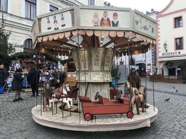 昨年4月に旦那さんとブタペスト、ウィーン、プラハに行って心残りもあったのでまた行きたいね~<br />と話していたら、昨年7月にJALパックのパンフレットで「55周年特別企画」中世薫る美しき古都プラハと芸術の都ウィーン8日間 でクリスマスマーケット開催出発日を見つけたので行ってみたーいと即予約しました。<br /><br />夏に私が体調を崩したり、11月に子供の結婚式、出発直前に離れて暮らす普段元気な義父さん(91歳)がお腹が痛くなって重篤かもーと心配したり、あっという間に出発日を迎えた感じでした。<br />なので旅行に行ける安堵感と健康にいっぱい感謝しての参加となりました。<br /><br />プラハとウィーンに3連泊とクリスマスマーケットとホテルの立地の良さに大満足の旅となりました。