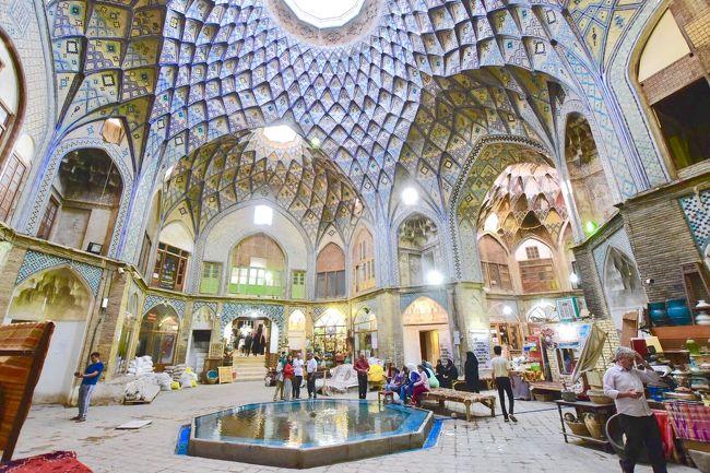 アゼルバイジャンの後はイランへ<br />バクーからアゼルバイジャン航空でイランの首都テヘランへ2時間ほどのフライトです<br /><br />テヘランはほぼスルーしてしまい、古都カシャーンへ足を運びました。<br /><br />カシャーンはテヘランからイスファハーンに向かう途中に位置する町(テヘランからバスで3時間弱、約500円くらいで超快適なバスに乗れます)。<br />薔薇が名産で、バラ製品を買うためにカシャーンに来る観光客も少なくないそうです。<br /><br />そんなカシャーンの町を散策してみたので、簡単に紹介します(^O^)