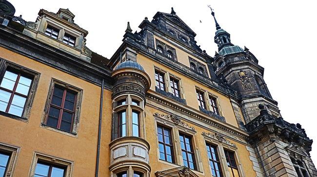 さて!旅も3日目!<br />観光2日目の今日はチェコを離れ<br />ドイツのドレスデンへやってきました!<br /><br />チェコへ行く際にどこか一日は<br />日帰りでショートトリップしたいな。<br />と思っていて、最初は<br />チェスキークルムロフに行こうと思っていました。<br /><br />でも口コミで冬のチェスキークルムロフは<br />見応えが少ないこと、<br />ドレスデンはヨーロッパ屈指のクリスマスマーケットを<br />開催しているとのことでドレスデンへ決めました!<br /><br />とはいえドイツは日にち時間に厳しということで<br />25日にはクリスマスマーケットが終わってしまう。<br />なけなしのクリスマスマーケットに期待して<br />ドイツを楽しんできました!