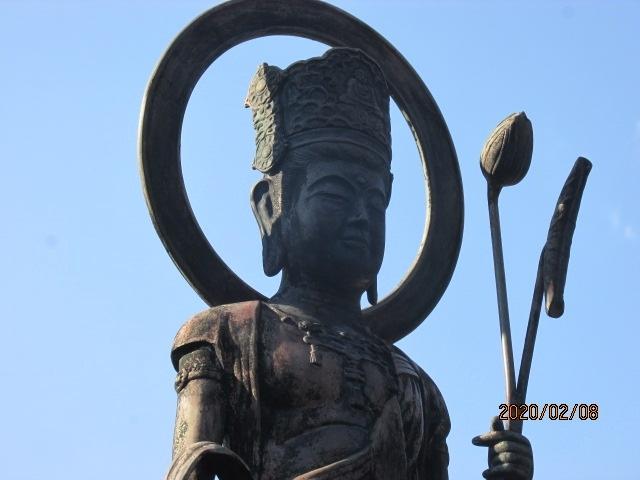 坂東に三十三ケ寺ある観音霊場で、この寺光明寺は七番目の札所になっている。三十三ケ寺の霊場が制定されたのはかなり古く、鎌倉時代に遡る。坂東とは字のごとしで、坂の東、則ち、御殿場、箱根の坂の東にある観音寺ということになる。日本一長い川、利根川を坂東太郎と呼びならわしているのも、同じ意味である。鎌倉の第一番杉本寺から始まって、関東一円の寺を回ることになるが、その距離は約1300キロ、四国八十八ケ寺とほぼ同じくらいの距離になる。この三十三ケ寺は四国の八十八ケ寺を見倣って制定されたものではなく、西国三十三ケ寺観音霊場を見倣って、東国にも制定されたものである。<br /><br />この寺の由緒も古く、先刻の長谷寺や杉本寺と同じころの創建になる。ご本尊は聖観音で、三十三ケ寺の中では、十一面観音菩薩をご本尊としている寺が圧倒的に多いが、この聖観音をご本尊とする寺は6ケ寺ある。聖観音は多数ある観音像の中で、大本の観音、正観音とも言われ、上記の十一面観音や千手観音、千手千眼観音などは、この聖観音から派生したものと言われている。その聖観音の銅像が本堂の前に立っている。先達さんから一しきり上記の説明があった。<br /><br />聖観音は麗しい。確か奈良薬師寺の聖観音は国宝に指定されているが、数年前奈良に行った際、西大寺、唐招提寺と薬師寺を訪問したが、その時、聖観音像に妻の病気回復を願った。それ以前に行った時には東塔は無かったが、その時は立派な五重塔が建っていた。聖観音を見ると、何故かいつも奈良薬師寺を思い出す。前庭の聖観音銅像にお参りし、皆、これから本堂へ昇段し、ご本尊の木造聖観音にお参りする。<br /><br />