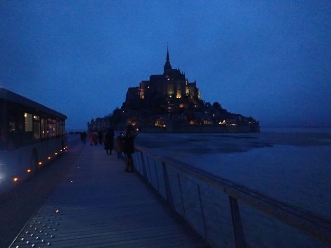観光オフシーズンの冬に夫婦でフランス二人旅に行ってきました。<br />初めてのヨーロッパ、初めてのフランスです。<br />3泊5日間の弾丸行程ですが、やりたいことは3点。<br /><br />①世界遺産モンサンミッシェルに行く<br />②フランスの美味しいパンを食べ歩く<br />③ルーブル美術館でモナ・リザにご対面する<br /><br />1日目:羽田空港→シャルルドゴール空港<br />2日目:モンサンミッシェル散策<br />3日目:パリ散策<br />4日目:パリ散策&シャルルドゴール空港→<br />5日目:羽田空港<br /><br />スリに怯えながらも楽しんだフランス旅行。<br />初フランスなのでド定番なラインナップですが、旅のご参考にどうぞ♪<br />まずは第一編「①モンサンミッシェルに行く」です。